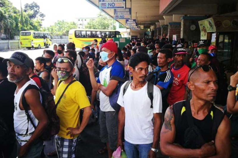 JAMPACKED. Travelers at the Cebu North Bus Terminal fail to observe social distancing while they wait for a ride home. (SunStar photo/ Allan Cuizon)