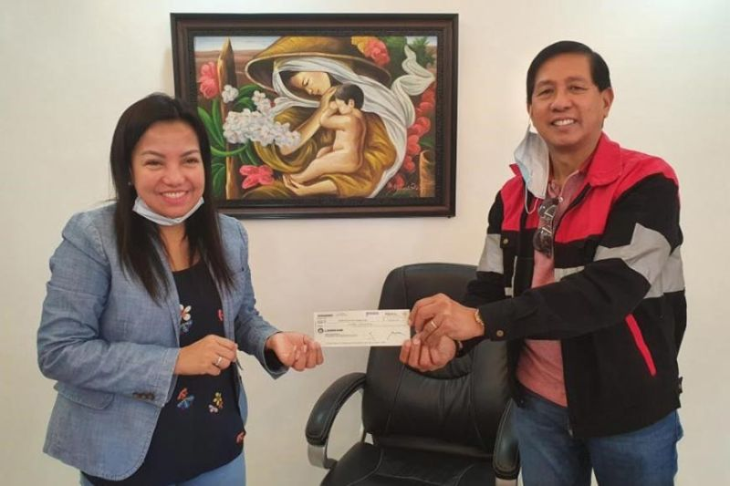 Mayor Jocelyn Castaneda receives P3 million check as financial assistance to Mariveles residents granted by the Authority of the Freeport Area of Bataan, headed by Administrator Emmanuel Pineda. (Contributed photo)