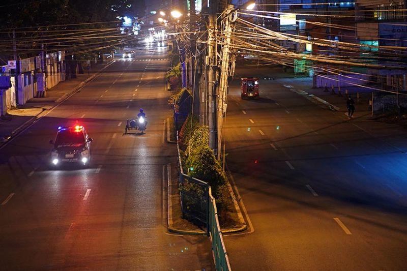 DAVAO. Gipasidlak ang suga sa patrol car sa SWAT sa Davao City Police Office sa pag-agi niini sa mingaw nga parte sa McArthur Highway, Matina, Davao City kung asa ang maong lugar niadto daghan og mga estudyante ug trabahante nga nag-atang og jeep pauli. Ang kamingaw sa dapit karon, luyo sa community quarantine, ug mas gipahugtan nga curfew sa tibuok syudad. (Macky Lim)