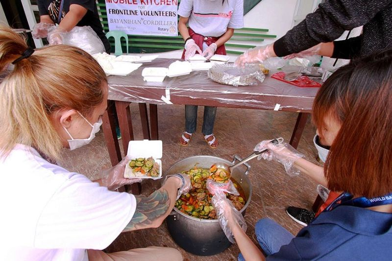 BAGUIO. Baguio volunteers cook food for frontliners in the fight against Covid-19 giving out hot meals daily to health workers, police officers, utility workers, and even street dwellers. (Photo by JJ Landingin)