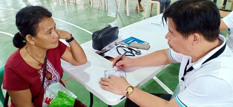 PAMPANGA. Provincial Health Officer Dr. Marcelo Jaochico talks a patient during Pampanga's #SaupTaal's medical mission in the province of Batangas. (Pampanga PIO)