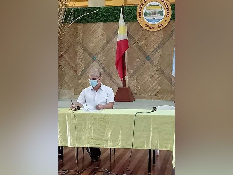 NEGROS OCCIDENTAL. Governor Eugenio Jose Lacson signs the Executive Order on the implementation of 14-day enhanced community quarantine in the province that will start on Monday, March 30. (Photo by Teresa D. Ellera)