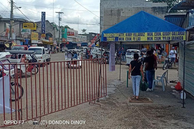 GIKURAL sa lokal nga gobyerno ang merkado publiko sa Bansalan, Davao del Sur aron maseguro nga moagi sa sanitation ug kwarentinas ang mga mosud ug magpakita quarantine pass. (Orlando B. Dinoy)