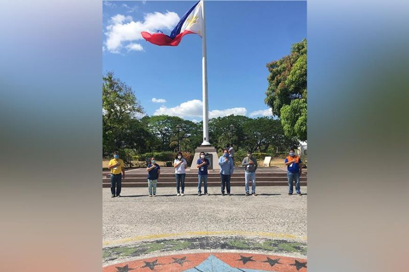 PAMPANGA. Governor Dennis Pineda led the flying of the Capitol flag at half-mast in tribute to Dr. Marcelo Jaochico, one of the frontliners who died battling the Covid-19 pandemic. (Pampanga PIO)