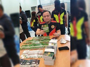 ■ PASS: Gipakita ni Cebu City Councilor Raymond Garcia ang mga quarantine pass nga sugdan na og apod-apod sa 80 ka mga barangay sa Dakbayan sa Sugbo alang sa pagpatuman sa enhanced community quarantine (ECQ). / Philip A. Cerojano