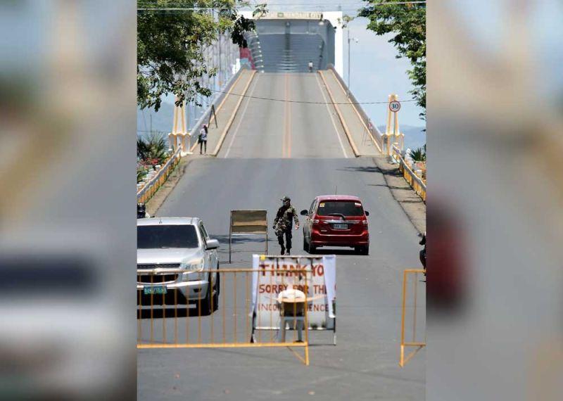 MINGAW: Kini ang unang Mandaue-Mactan Bridge mingaw na kaayo kagahapon, Dominggo, Marso 29, nga unang adlaw sa lockdown sa dakbayan sa Lapu-Lapu apan dunay panagsa nga tawo nga nagbaktas sa taytayan ug susama usab niini nga talan-awon ang Marcelo B. Fernan Bridge. Mosamot kini karon, Lunes, Marso 30, diin ang dakbayan sa Mandaue magsugod sa lockdown uban sa lalawigan sa Sugbo. (Alan Tancawan)