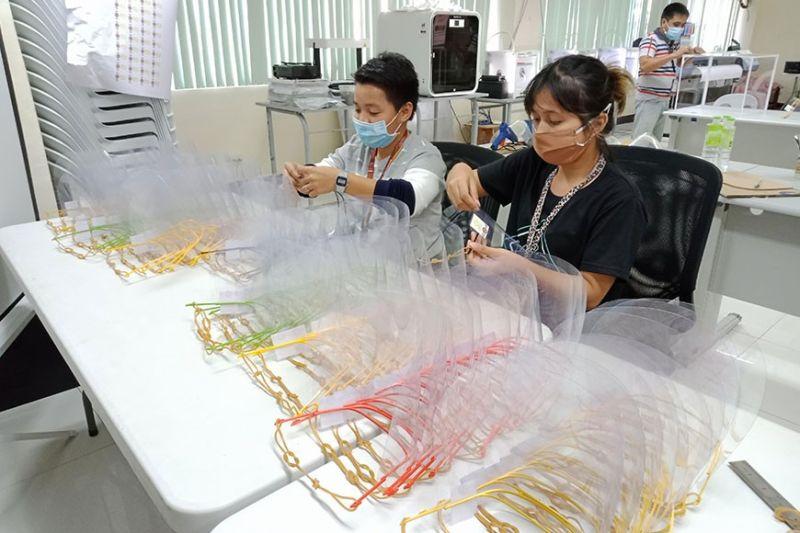 DAVAO. Ang mga personahe sa DigiHub-Davao Fabrication Laboratory sa ilang paghimo sa mga taming sa nawong isip tubag sa kakulang sa mga gamit alang sa mga medical frontliners taliwala sa coronavirus disease (Covid-19). (Hulagway sa PIA-Davao)