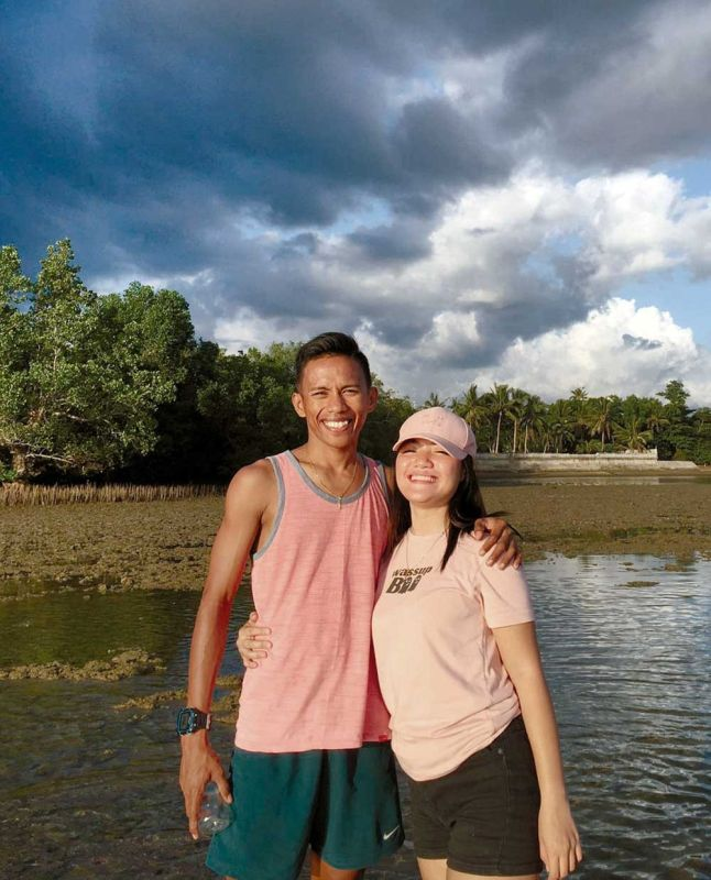 LOVELY DAY. Stuck in Leyte for two weeks already, triathlete Joland Olmilla, with girlfriend Daisy Ilagan, hopes the extra time away from home will allow him to train in swimming, which he considers his weakness. (CONTRIBUTED FOTO)