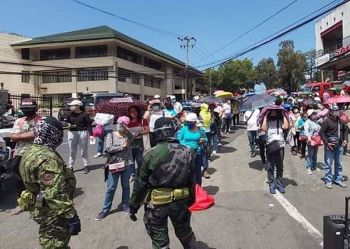 BAGUIO. Police supervise residents to maintain social distancing before they are allowed entry at the Baguio City Public Market. (Photo by Joseph Zambrano)