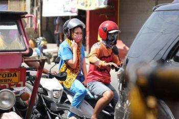 """DAVAO. Bisan nagpagawas na og order ang kapulisan sa siyudad sa Davao sa pagbawal sa """"back-ride"""" sa mga motorsiklo, duna pa gihapoy mga gahi og ulo nga misupak sa maong order. Ang pagbawal sa back-ride sa mga motorsiklo usa sa mga lakang sa siyudad aron makalikay sa pagkaylap sa Covid-19. (Hulagway ni Mark Perandos)"""