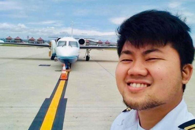 DAVAO. Si Jael Edmark Agravante, 23 anyos, ang flight mmechanic sa Lionair West Wind Air Ambulance nga nahagsa Dominggo sa gabii. Kini nga hulagway atol sa iyang pag-selfie usa ka higayon sa tarmac sa airport. (Hulagway gikan kang Edgardo E. Fuerzas)