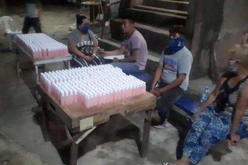 DAVAO. Makita sa hulagway ang kinarton nga isopropyl alcohol nga nakumpiska gikan sa tulo ka mga dinakpan. (Hulagway sa CIDG-RFU-Davao)