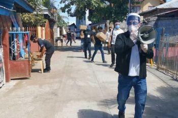 FIGHT VIRUS WAR WITH MASKS. Lapu Lapu City Mayor Junard Chan leads the food and protective face mask distribution in Barangay Caw-oy, Olango Island Lapu Lapu City. (Sunstar Photo / Alan Tangcawan)