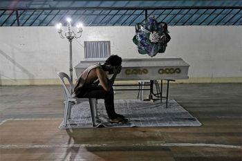 DAVAO. Kini ang silot sa mga nadakpan sa curfew sa Santo Tomas, Davao del Norte, kini agi'g pamaagi aron mahinulsolan sa mga nadakpan nga kung di sila magpuyo sa balay, lagmit matakbuyan sila og coronavirus disease (Covid-19) nga maoy hinungdan sa ilang kamatayon. (Hulagway gikan Santo Tomas Information Office)