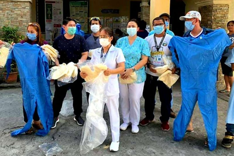PAMPANGA. Mabalacat City Vice Mayor Geld Aquino (2nd, L) turned over on Wednesday, April 1, 2020, PPEs and surgical gloves to medical staff and frontliners of the Mabalacat District Hospital to protect the frontliners in the fight against the Covid-19 pandemic. - Chris Navarro