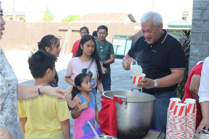 PAMPANGA. In this file photo, Angeles City Mayor Carmelo Lazatin, Jr. personally led a feeding program for children. (Photo by AC-CIO)