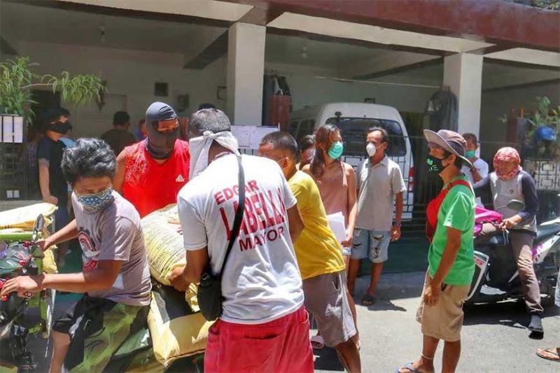APOD-APOD: Ang Siyudad sa Sugbo nagpadayon sa pag-apod-apod sa mga hinabang nga bugas ngadto sa 80 ka mga barangay niini. (Amper Campana)