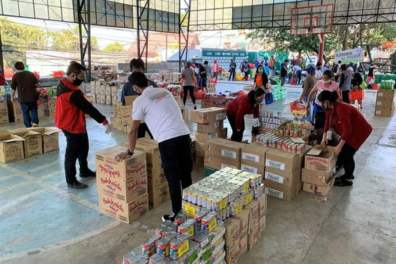 """BAGUIO. Neighboring barangay residents of Aurora Hill, Bayan Park, Ambiong avail their groceries, vegetables and rice through a """"Rolling Store"""" in partnership with the Department of Trade and Industry, Department of Agriculture, the City Government of Baguio with local groceries. (Photo by Art Tibaldo)"""