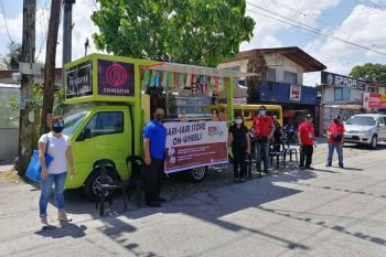 """BACOLOD. The Bacolod City Government launched a food project called """"Sari-Sari Store on Wheels"""" in Barangay Taculing Thursday, April 2, with its first mobile store partner called """"Chinggayan."""" (BBDPC photo)"""