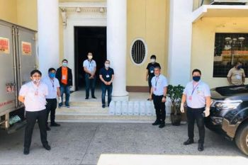 NEGROS. Bago City officials headed by Mayor Nicholas Yulo (fourth from right) receive 50 carboys containing 20 liters each of rubbing alcohol from Distileria Bago Inc. led by its plant manager Leonardo Bico turn on Wednesday, April 1, 2020. (Photo by The Citybridge)