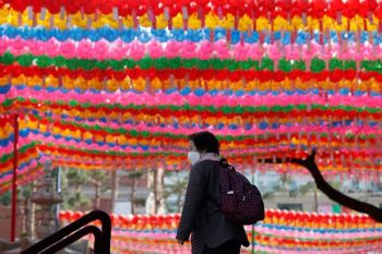 SOUTH KOREA. A buddhist wearing a face mask to protect against the spread of the coronavirus walks near decorative lanterns for the upcoming celebration of Buddha's birthday at the Jogye temple in Seoul, South Korea, Thursday, April 2, 2020. (AP)