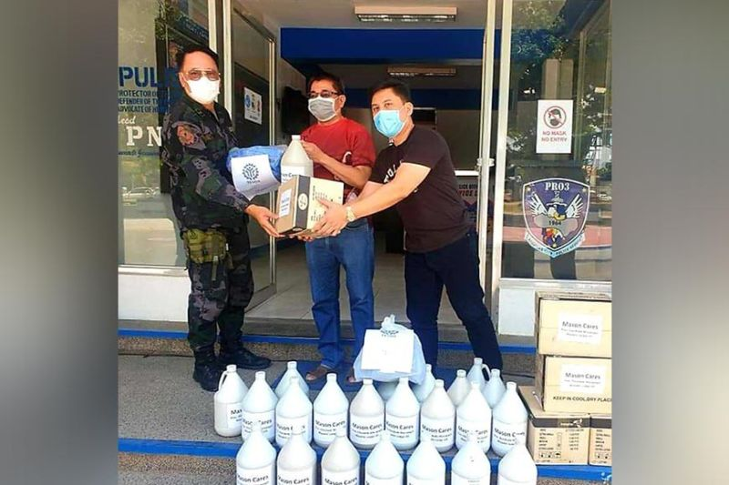 PAMPANGA. Angeles City Councilor Joseph Ponce and the Freemasonry Pres. Diosdado Macapagal Masonic Lodge U.D., recently turned over to the Angeles City Police Office Deputy City Director Police Colonel Kenneth Vega, washable face masks and alcohol at the 174th Camp Pepito Torres, Brgy. Sto. Domingo, Angeles City. Some of the 5,000 pices of face mask swere also delivered to the Ospital Ning Angeles. (Chris Navarro)