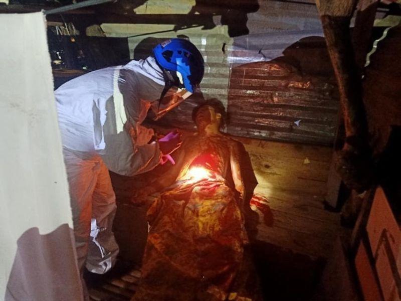 DAVAO. Gihiling sa Scene of the Crime Operatives (SOCO) ang patay nga lawas sa suspek kinsa giingong misukol sa operatiba sa San Pedro Police Station atol sa pagpamaligya niini og marijuana atol sa pagpailawom sa tibuok siyudad sa Davao sa enhanced community quarantine (ECQ), Abril 4, 2020. (Hulagway sa San Pedro PNP)