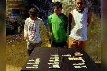 DINAKPAN: Ang tulo ka mga lalake nga nasikop sa buy-bust sa Barangay Tanke, siyudad sa Talisay niadtong Sabado, Abril 4.(Hulagway gikan sa CPPO / Benjie T. Talisic)