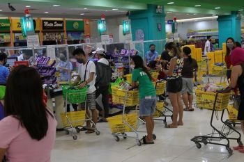 Consumers flock to a big supermarket in Tibungo, Davao City Saturday, April 4, 2020, to buy their basic needs hours before the city officially implements the enhanced community quarantine. Davao City Mayor Sara Duterte-Carpio said there is no need for panic buying since grocery stores and other essential establishments will continue to operate despite the ECQ. (MARK PERANDOS)