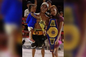 PAMILYA AZARCON: Si Clyde Azarcon, uban sa iyang asawa nga si Annalyn ug kamanghurang anak, nagselebrar ibabaw sa ring human malangkat ang WBF intercontinental minimumweight title. (Tampo)