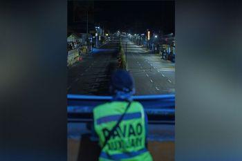 DAVAO. Nabag-uhan sab ang bantay nga police auxiliary sa kahilom sa kadalanan atol sa iyang pagbantay sa overpass sa Matina Crossing, Davao City tungod sa gipatuman ang Enhanced Community Quarantine sa Davao City nga mas naglimita sa mga mogawas nga tawo ug pagsuspende sa mass transportation. (Macky Lim)