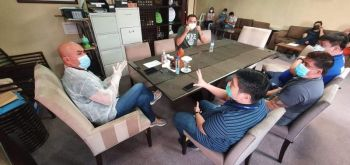 PAMPANGA. Mabalacat City Mayor Cris Garbo and Vice Mayor Geld Aquino discuss on Monday, April 6, 2020, the Social Amelioration Program of the national government and the need to come up with a local version to assure all indigent Mabalaquenos will benefit from the said program. Joining them are councilors Victor Tiglao, Timothy Dee and Barangay officials. (Photo by Chris Navarro)