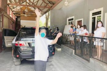 SURVIVOR. After getting a warm welcome, Porferio Daclan Jr. (center) waves Thank You when he arrives home after being discharged from the University of Cebu Medical Center (UCMed) where he recovered from the Covid-19. (Contributed photo)