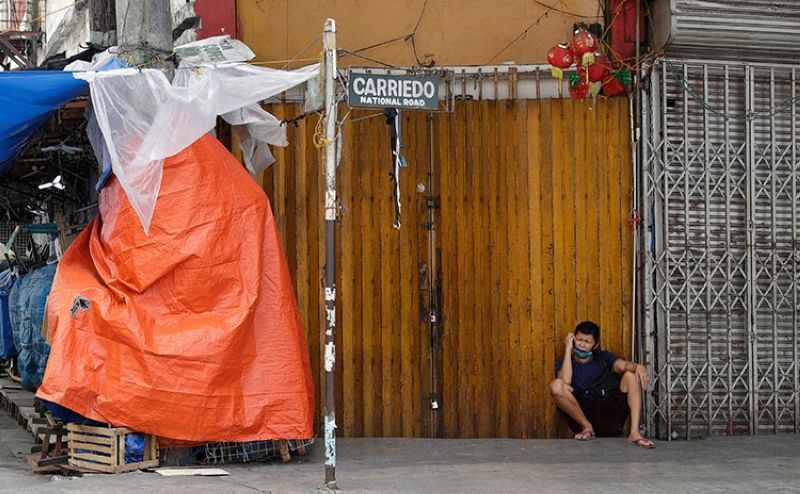 MANILA. A man talks on his phone beside closed stores during an enhanced community quarantine to help curb the spread of the new coronavirus at the usually busy downtown Manila, Philippines on Friday, April 3, 2020. (AP)