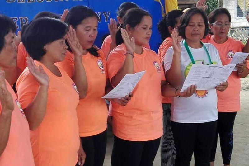 NANUMPA: Ang mga babaye nga community volunteers nanumpa nga modayon sa pagkabana sa kalamposan sa programa. (Tampo)