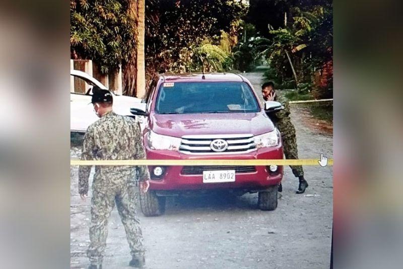DAVAO. Gisusi sa mga pulis ang sakyanan ni Police Major Victorino Pansoy human gipusil patay sa wala mailhing suspek niadtong Miyerkules. (Edgar Fuerzas)