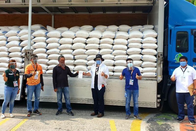 PAMPANGA. Governor Dennis Pineda received 60 cavans of rice donation from San Miguel Foundation at the Capitol grounds. (Contributed photo)