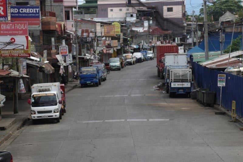 DAVAO. Daw ghost town ang mga kadalanan sa Agdao Public Market, Davao City , Dominggo, Abril 19, sa unang adlaw sa pagpatuman sa number coding scheme sa Food and Medicine Pass diin sa adlaw nga Dominggo walay bisan usa nga makagawas sa panimalay gawas lamang sa mga tawo nga anaa ubos sa Authorized Persons Outside Residence (APOR). Ang Davao City Police Office (DCPO) nga gipangunahan sa foot patrol nang-posas og mga tawo nga gahi og ulo nga nanggawas sa ilang panimalay kagahapong adlawa didto sa Quirino Avenue, ning dakbayan sa Davao. (Hulagway ni Mark Perandos)
