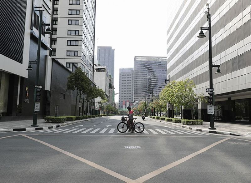 MANILA. A man pushes his bicycle at a usually busy street during an enhanced community quarantine to prevent the spread of the new coronavirus in Manila, Philippines on Monday, April 20, 2020. (AP)