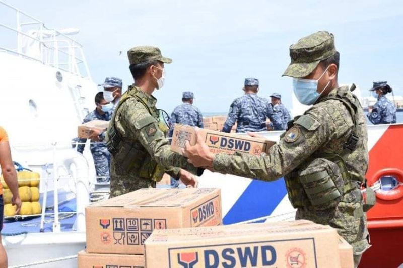NEGROS OCCIDENTAL. The 303rd Infantry Brigade, Philippine Army together with 5th Philippine Air Force Reserve Center (5th ARCen) and 14th Civil Military Operations Battalion personnel provide manpower and  transportation assistance during the hauling and distribution of family food packs to the affected families due to the Covid-19 in Negros Occidental on Monday. (Contributed photo)