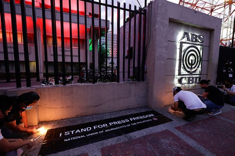 MANILA. Employees light candles outside the headquarters of broadcast network ABS-CBN corp. on Tuesday, May 5, 2020, in Quezon City, Metro Manila, Philippines. (AP)