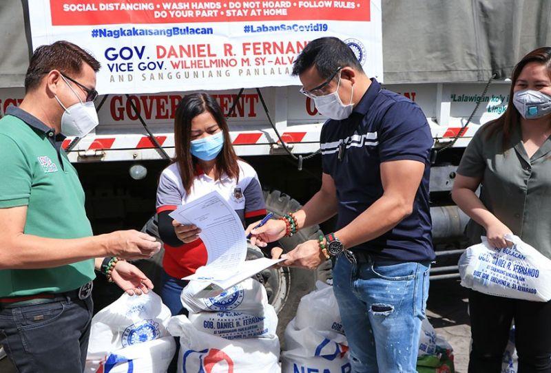 BULACAN. Governor Daniel Fernando personally delivers relief goods to residents of Pandi, Bulacan to Mayor Enrico Roque. (Bulacan PPAO photo)