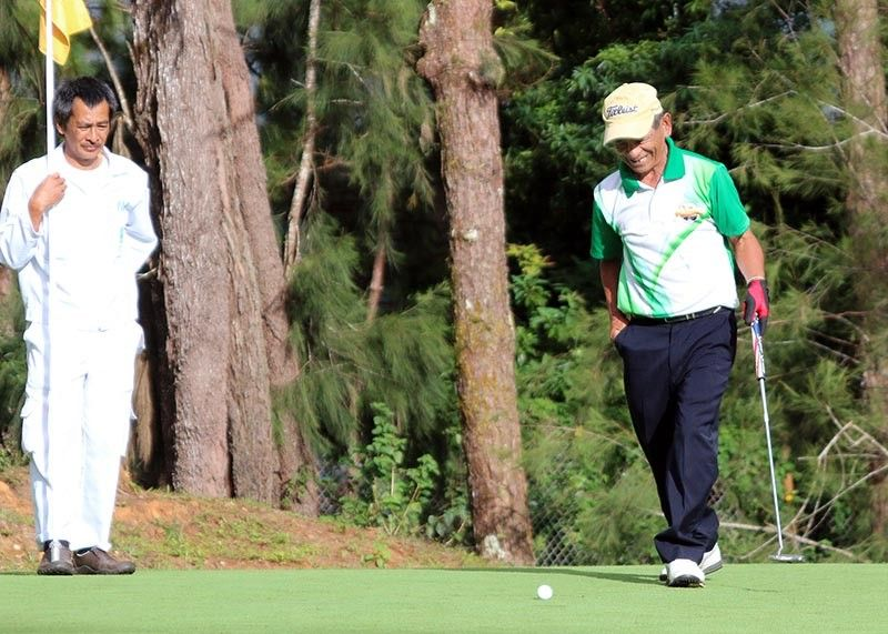 PHYSICAL DISTANCING. In this December 2019 file photo, Fred Puckket grins after missing a birdie putt in the Fil-Am Golf Invitational Tournament. Baguio City has allowed golf courses in the Summer Capital to operate starting June 1 with several restrictions. (SunStar Baguio Photo)