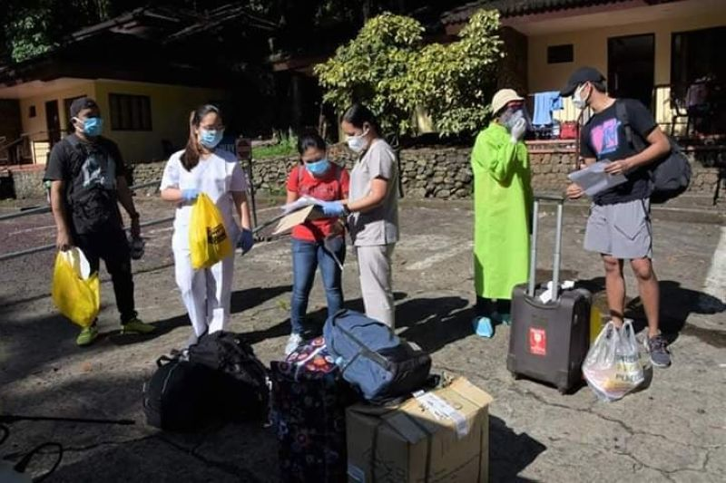 BACOLOD. A total of 50 Negrenses from different towns and cities of the province were sent home after completing 14 days of mandatory quarantine at Mambukal Resort on Sunday, May 17. They all tested negative of Covid-19.  (PR)