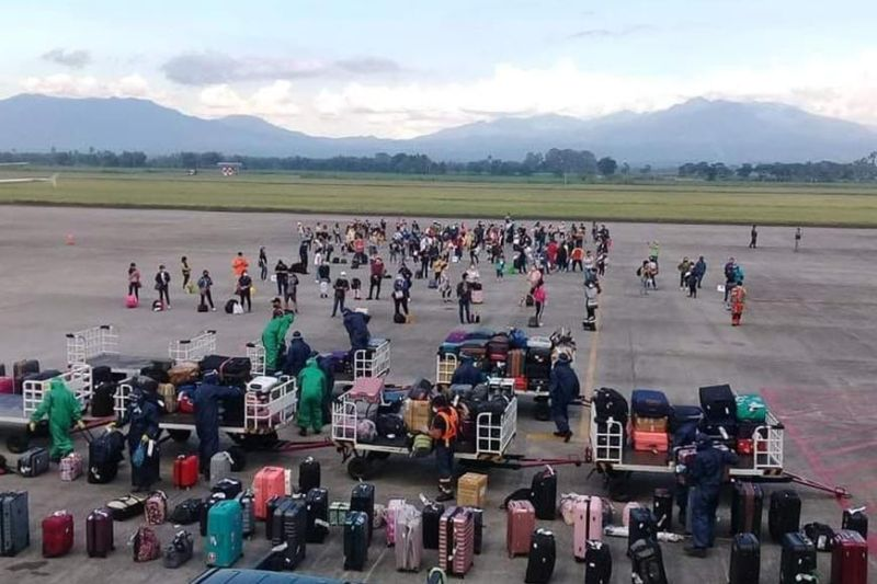 BACOLOD. Some 157 Negrenses from Manila arrive at Bacolod-Silay Airport in Silay City Tuesday afternoon, May 26, 2020. Of the number, 134 are from Bacolod City while the remaining 23 are from various localities in Negros Occidental. (Photo by Richard Malihan)