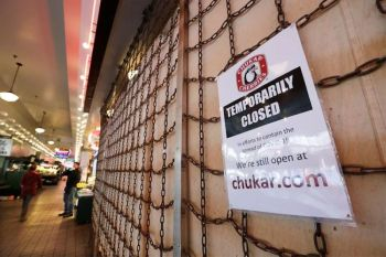 USA. In this Thursday, April 2, 2020 file photo, a sign explains the closure of a shop in the Pike Place Market in Seattle. (AP)