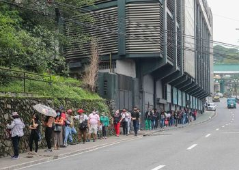 BAGUIO. While practicing social distancing, hundreds of Baguio residents wait in line to process their Social Security System (SSS). On Friday morning, the line reached up to the University of Cordilleras. (Photo by Jean Nicole Cortes)
