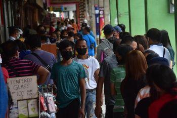 DAVAO. Dungag 15 ka adlaw pa ang general community quarantine (GCQ) sa Davao City human kini gi-renew sa Inter-Agency Task Force (IATF) hangtod Hunyo 15, 2020. Sukad napa-ubos sa GCQ ang Davao City, 132 ka kaso sa Covid-19 ang natala, apan ang dagkong numero tungod sa mas paspas nga testing. Sa unang adlaw sa GCQ, kagahapon, kini ang sitwasyon sa sidewalk sa San Pedro Street, Davao City. (Macky Lim)