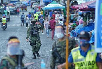 DAVAO. Istrikto sa pagpatuman sa insaktong oras sa pagpamalengke ang mga pulis ug sundalo sa Bankerohan Public Market sa Davao City nga kutob lang alas 5 sa hapon gikan Lunes hangtod Sabado bisan pa anaa na sa alas 9 sa gabii ang curfew ning siyudad. (Macky Lim)