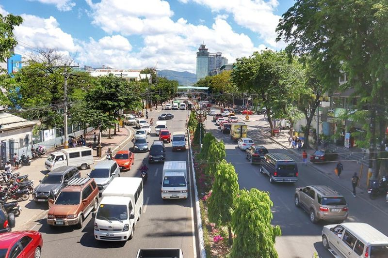 BACK ON THE ROAD. Vehicle traffic has picked up on Osmeña Boulevard on the first day of Cebu City under general community quarantine. (SunStar photo / Amper Campaña)